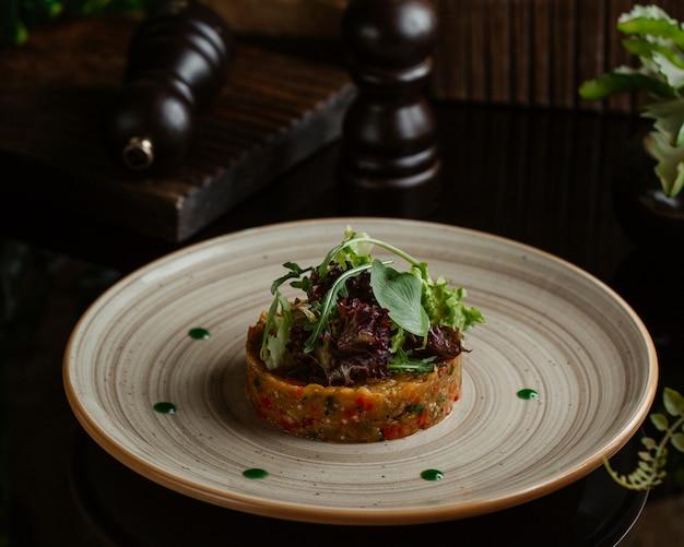 Anuncios de comida, ensalada de mangal, cocina alta con hierbas frescas y vegetación.