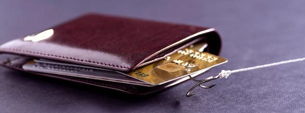 Un anzuelo de caña de pescar atrapó una tarjeta de crédito en mi billetera. robo de datos de tarjetas de crédito. hacker robó dinero de una tarjeta de crédito
