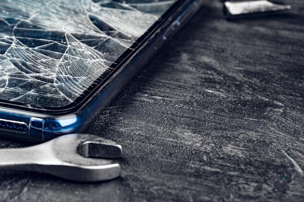 Aparato digital con herramientas, reparación de concepto de teléfono inteligente
