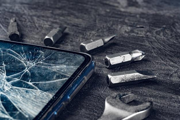 Aparato digital con herramientas. reparación de teléfonos inteligentes