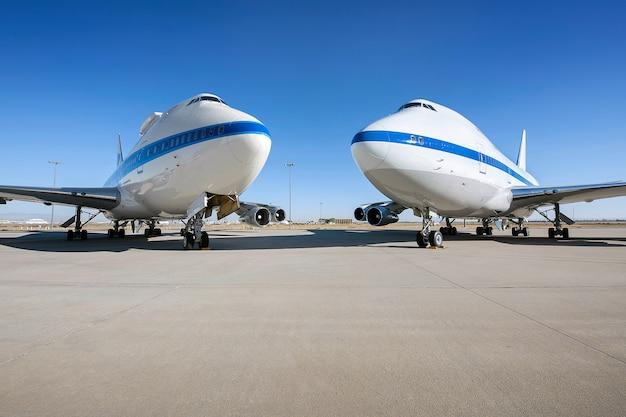 Aparcamiento de aviones en la pista del aeropuerto en un día soleado