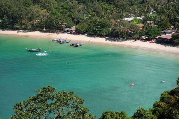 Aparcamiento de barcos turísticos cerca de la playa
