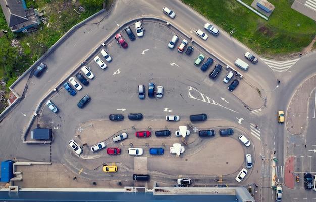 Aparcamiento cerca de supermercado y restaurante de comida rápida con línea de distribución para coches.