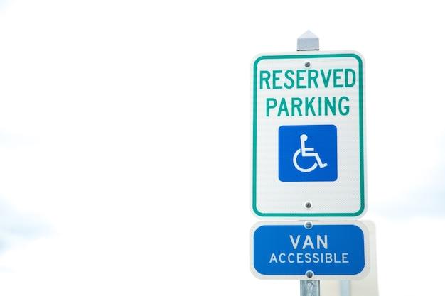 Aparcamiento para minusválidos y signo de manera de silla de ruedas y signo accesible van en boston.