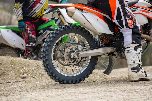 Aparcamiento de motos deportivas en la carretera