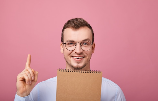 Aparece un joven genial con una camisa azul suave con gafas