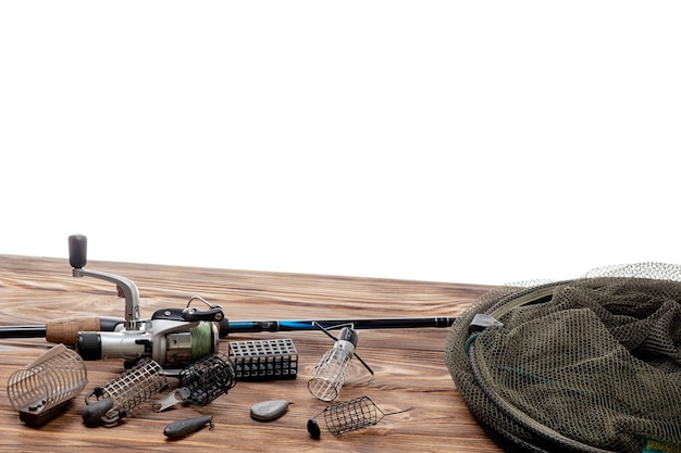 Aparejos de pesca y accesorios aislado sobre fondo blanco.