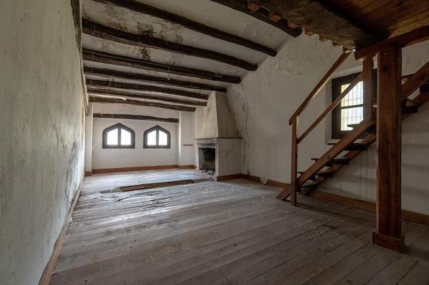 Apartamento antiguo y vacío con chimenea.