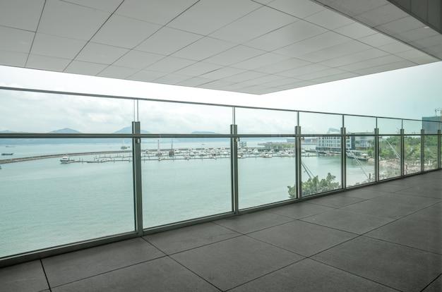 Un apartamento con balcón con vista al mar.