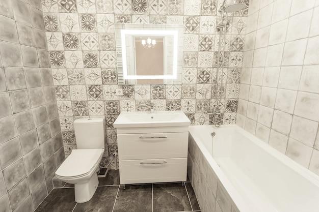 Apartamento luminoso después de la renovación de alta calidad del baño.