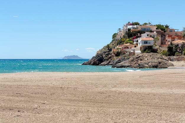 Apartamentos y casas construidas sobre la roca al final de la playa de bolnuevo murcia españa