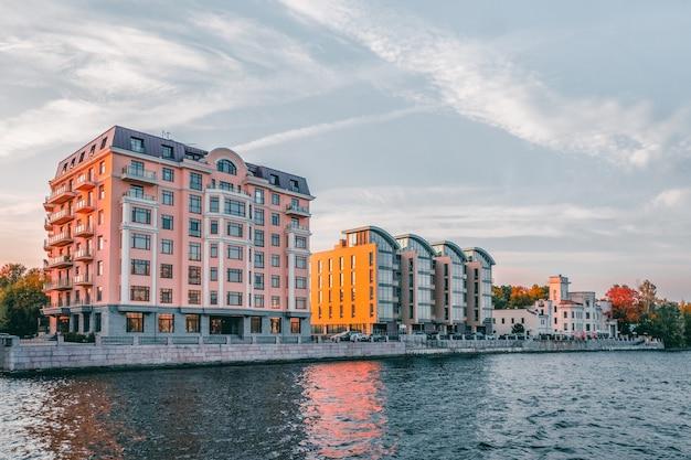 Apartamentos de lujo. nuevo distrito residencial moderno de la isla de petrovsky en san petersburgo. rusia.