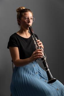 Apasionado músico celebrando el evento del día del jazz