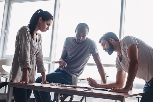 Apasionado por su proyecto joven equipo profesional discutiendo el plan de negocios en la oficina
