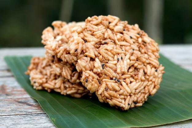 Apelmazado de arroz redondo hecho en casa en el escritorio de madera