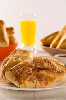 Aperitivo brasileño frito con jamón de queso sobre superficie de madera