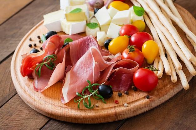 Aperitivo de carne en un plato