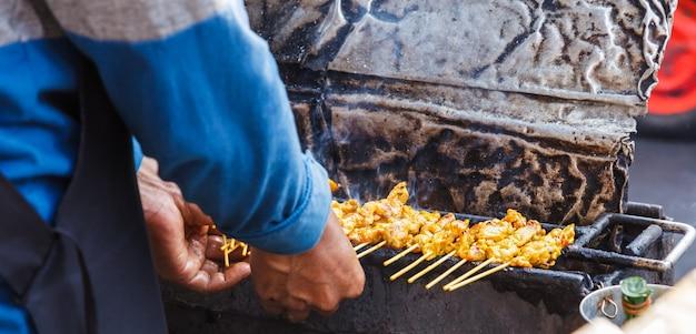 Aperitivo, comida tradicional tailandesa de la calle.