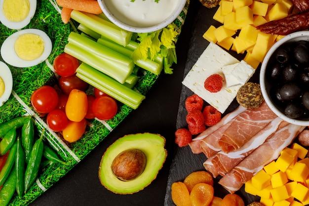 Aperitivo de fiesta saludable, buffet frío, delicatessen