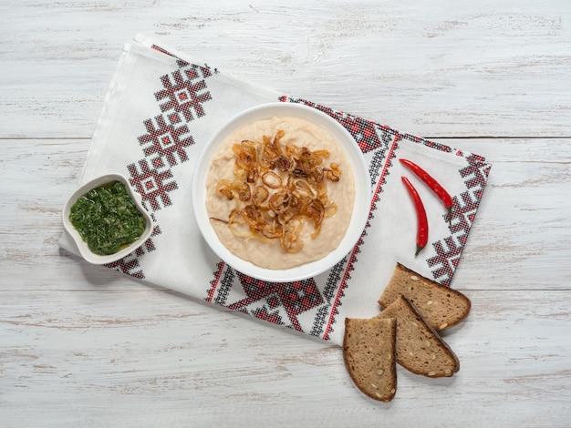 Aperitivo frío tradicional moldavo fasolita. puré de frijoles hervidos con cebolla caramelizada.