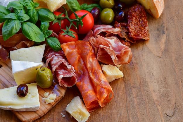 Aperitivo italiano con jamón y queso