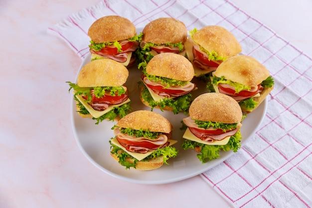 Aperitivo pequeño sándwich roll con jamón y verduras