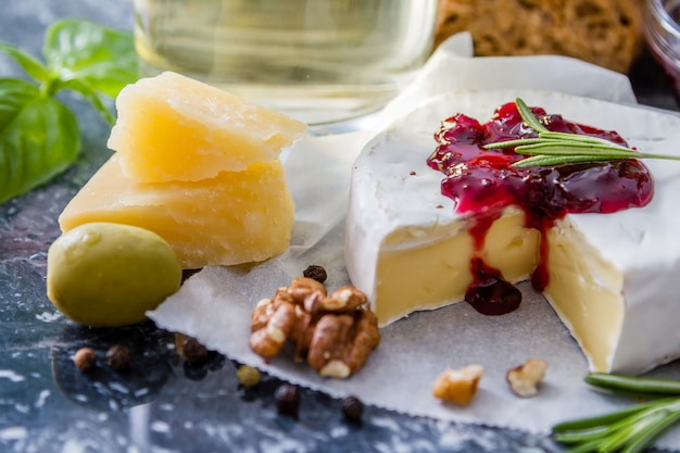 Aperitivo - queso jamón pan tomate albahaca nueces vino