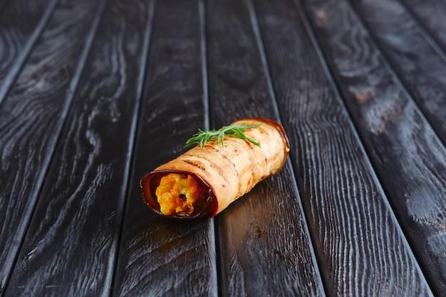 Aperitivo para la recepción. berenjenas rellenas de zanahoria frita, cebolla, queso y huevo.