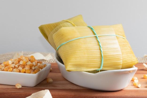 Aperitivo típico brasileño elaborado con maíz, pamonha en un cuenco blanco.