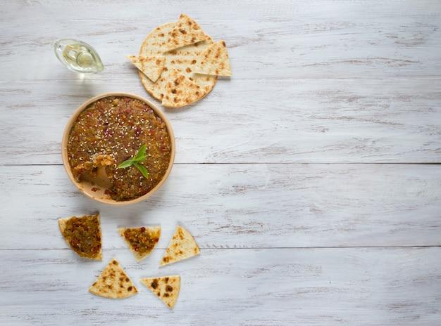 Aperitivo de vegetales fríos. caviar de verduras. snacks con crema vegetal