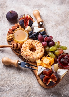 Aperitivo para vino, plato de queso con uvas e higos.