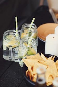 Aperitivos y bebidas en el bar.