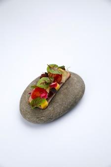 Aperitivos para catering en piedra decorativa