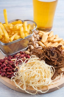 Aperitivos de cerveza: cacahuetes, pistachos, crutones, queso, papas fritas