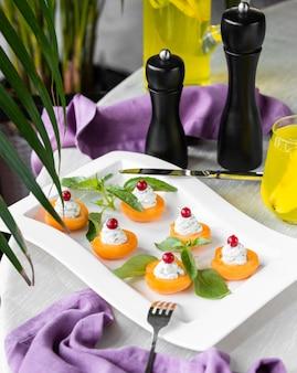 Aperitivos crema de albaricoque decorados con hojas
