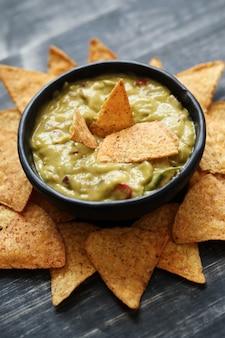 Aperitivos. deliciosos nachos con guacamole