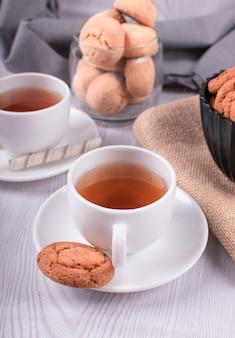 Aperitivos dulces y una taza de té.