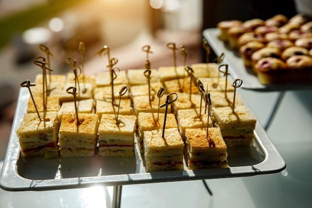 Aperitivos en el evento. sándwiches de canapé.