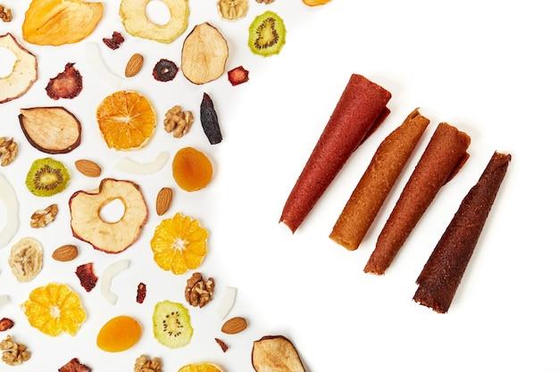 Aperitivos de frutas dulces, pastillas y frutos secos.