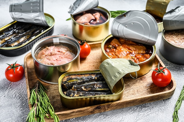 Aperitivos de mariscos enlatados sardinas, mejillones, pulpo, salmón y atún