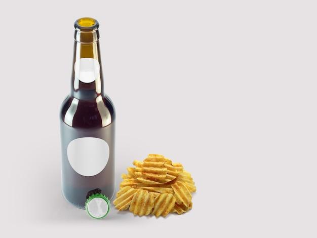 Aperitivos de patatas fritas y botella marrón aislada sobre fondo de color. concepto de oktoberfest.