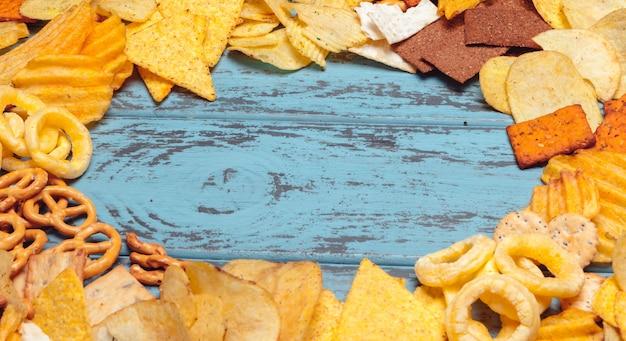 Aperitivos salados. pretzels, papas fritas, galletas saladas. productos poco saludables