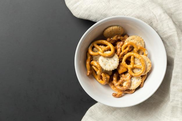 Aperitivos salados. pretzels, papas fritas, galletas saladas
