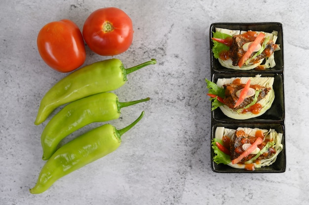 Aperitivos con sardinas picantes mezcladas con hierbas.