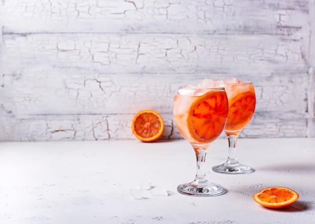 Aperol spritz, cóctel italiano con naranja
