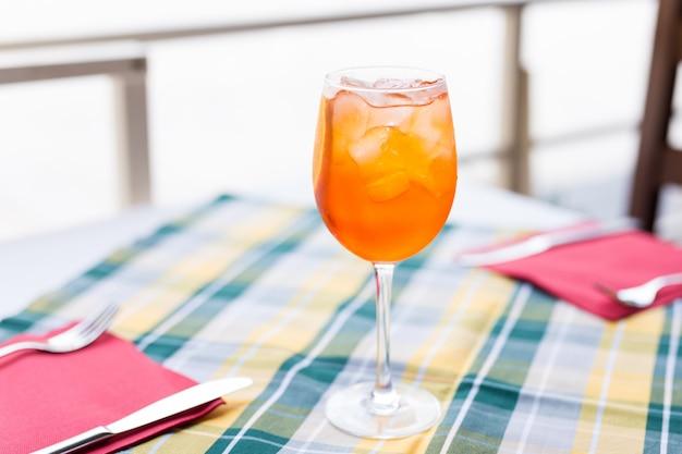 Aperol spritz cóctel en la mesa de café. hora de verano. refresco.