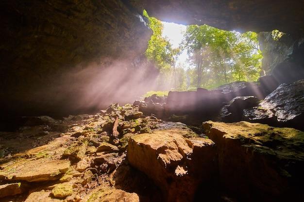 Apertura de la cueva con rayos de luz que brillan