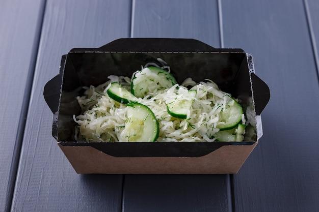 Apetitosa comida en cajas para fiestas corporativas