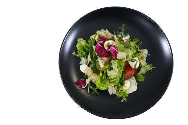 Apetitosa ensalada fresca con rúcula de tomate de hoja verde
