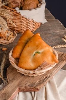 Apetitosa pastelería culinaria fresca - tartas con diferentes rellenos sobre un fondo de madera